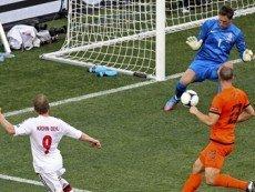 Микаэль Крон-Дели забивает гол голландцам