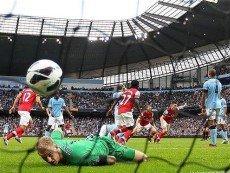 Голкипер 'Манчестер Сити' Джо Харт смотрит на влетевший в его ворота мяч