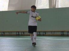 Никита любит и играет в футбол и сам