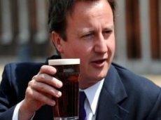 МВД не удастся расстроить планы Кэмерона, который не прочь пропустить пинту пива в пабе за просмотром футбола