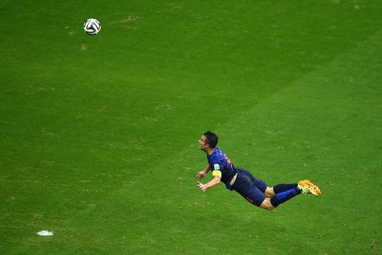 Летучий голландец поражает ворота чемпиона мира