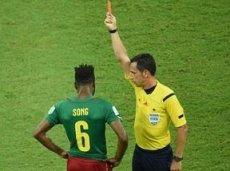 Сонг получает красную карточку за удар Манджукича
