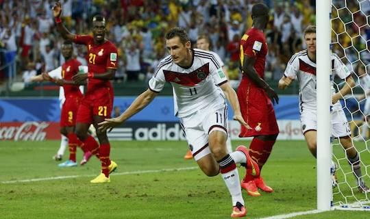 Клозе забивает еще один гол на чемпионате мира, Клозе становится лучшим бомбардиром в истории турнира
