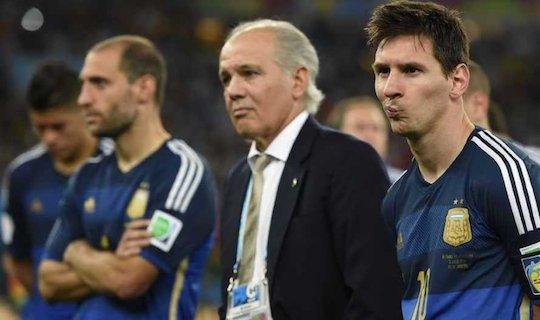 """Победа в финале ЧМ могла бы сделать Месси фаворитом в борьбе за """"Золотой мяч"""", но, как 24 года назад, Аргентина проиграла Германии со счетом 0:1"""