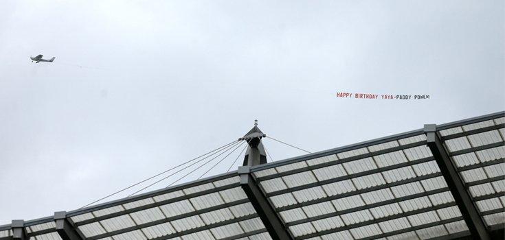 Paddy Power поздравила Яя Туре с Днем рождения баннером на самолете