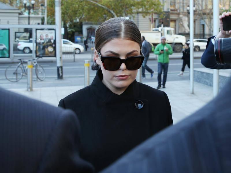 Аннабель Гибсон покидает здание суда