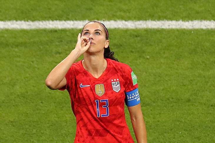Футболистка сборной США Морган отпраздновала гол в ворота Англии, выпив воображаемую кружку чая