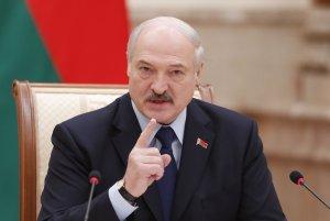 Александр Лукашенко: Нет здесь вирусов никаких! Ты заметила, что они летают? И я нет! Видео