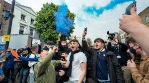 Фанаты «Челси» забросали автобус «Реала» файерами перед началом полуфинала Лиги Чемпионов