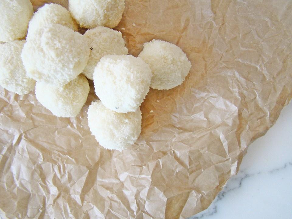 How to: Homemade Raffaello Bites (Only 2 Ingredients)