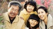 Heaven's Garden, c'est l'histoire d'une mère (Yoo Ho Jung) et de ses deux filles (Kim Sae Ron et Ahn Seo Hyun) qui quittent Séoul pour aller vivre dans un petit village perdu au milieu des montagnes du Gangwon-do. Dès les premières secondes du drama, la caméra suit le car qui emmène nos trois héroïnes dans ce village, et on découvre avec elles la beauté des montagnes coréennes. :) Et au-delà des jolis paysages, ce petit village possède une atmosphère particulière, une ambiance chaleureuse qui donne envie d'y déménager et de rejoindre les familles qui y habitent déjà. :) (Mudaepo)