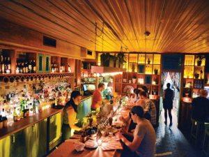 Disfruta de la atmósfera de un gran bar en Toronto.