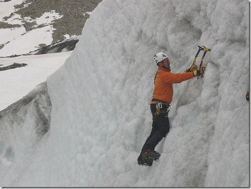 Alpiniste utilisant un piolet
