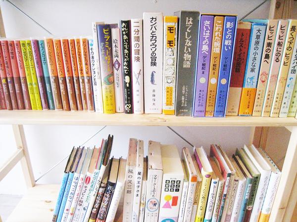 入口付近は、絵本の棚と児童文学の棚です。