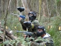 PAINT-BALL Otra opción es una guerrilla con pistolas de aire comprimido y bolas de pintura por un bosque de Asturias realizando diversos juegos.