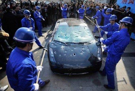 DEMOLITION Elija el coche que quiera y conduzcalo por una pista hasta que pare o canse. Despúes le entregamos un bate para que termine de destrozarlo.