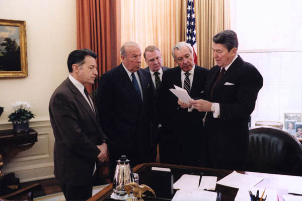 Reagan_meets_with_aides_on_Iran-Contra