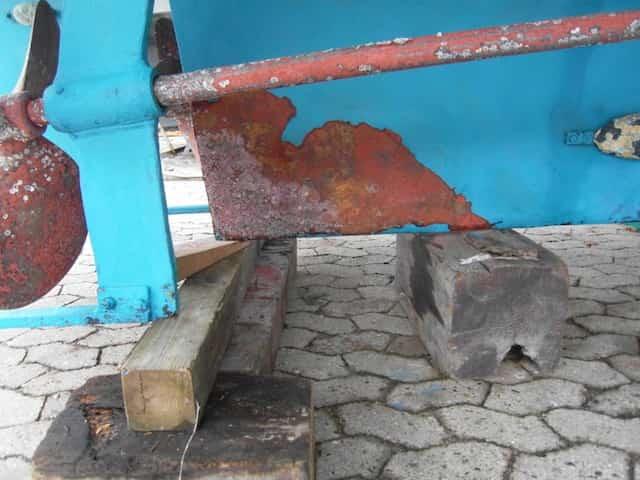 Die Beschichtung am Stahlboot ist abgeplatzt - Korrosion (Rost) droht