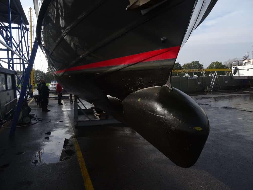 Eine Bugnase am Rumpf des Motorbootes JULIUS hilft gegen das Stampfen.