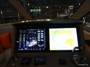 Fahrstand mit zwei großen Monitoren