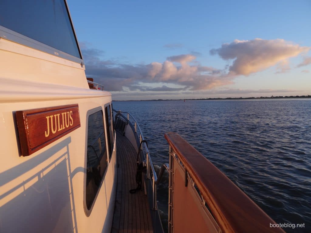 MV JULIUS morgens vor Glückstadt auf der Elbe