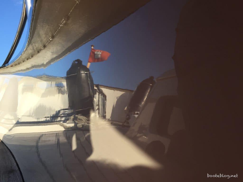 spiegelblanker Lack auf dem Stahlboot JULIUS