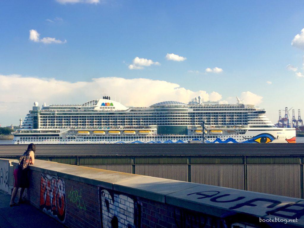 Die Aida Prima auf der Elbe.