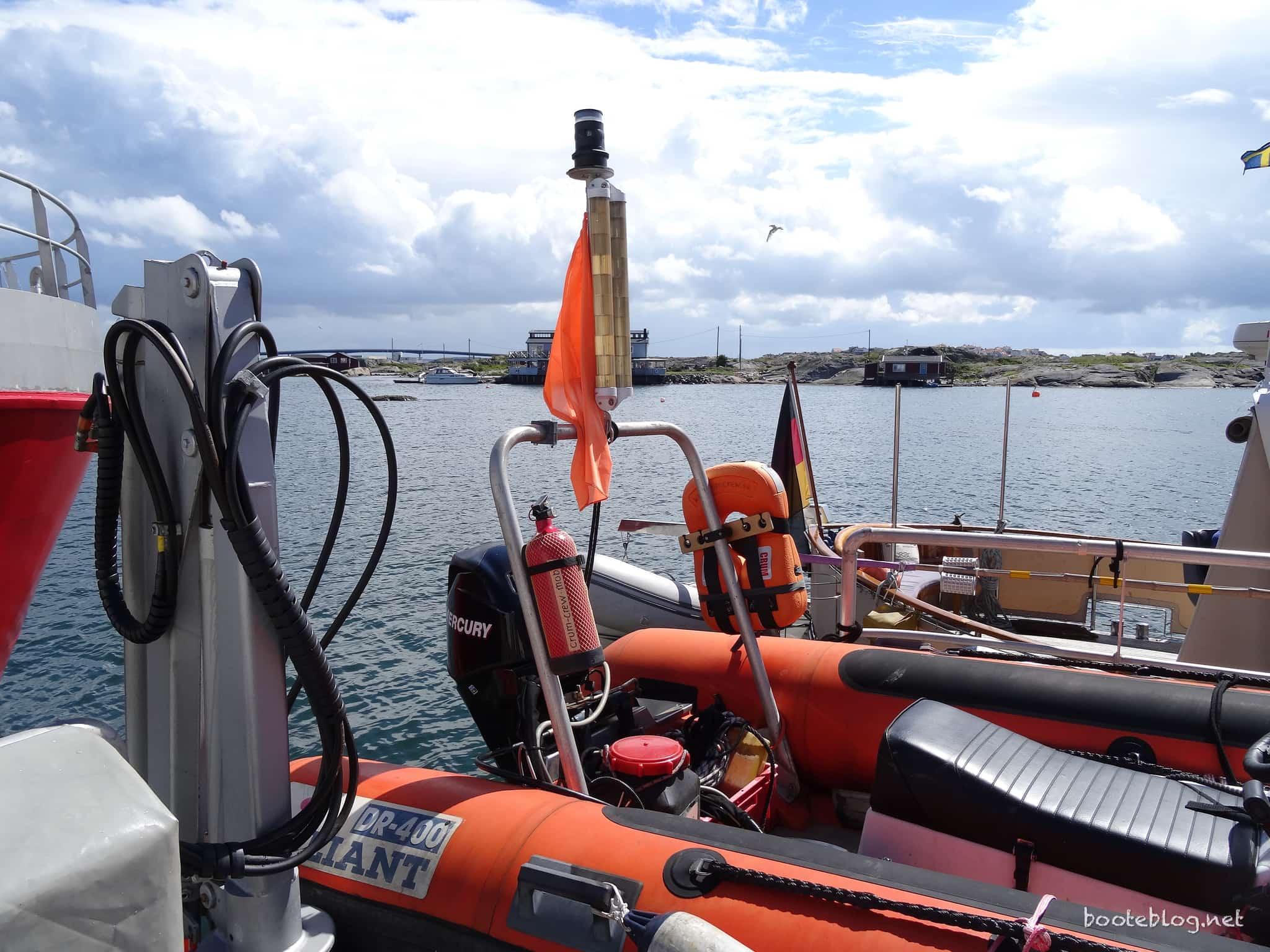 Stets einsatzbereites RIB mit hydraulischem Kran.