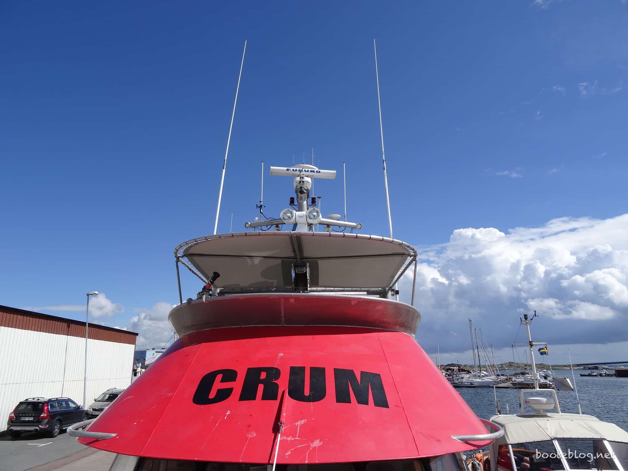 Ein professioneller Impuls-Schlitzstrahler auf der MS CRUM, daneben ein älteres Sportboot-Radome auf der JULIUS.