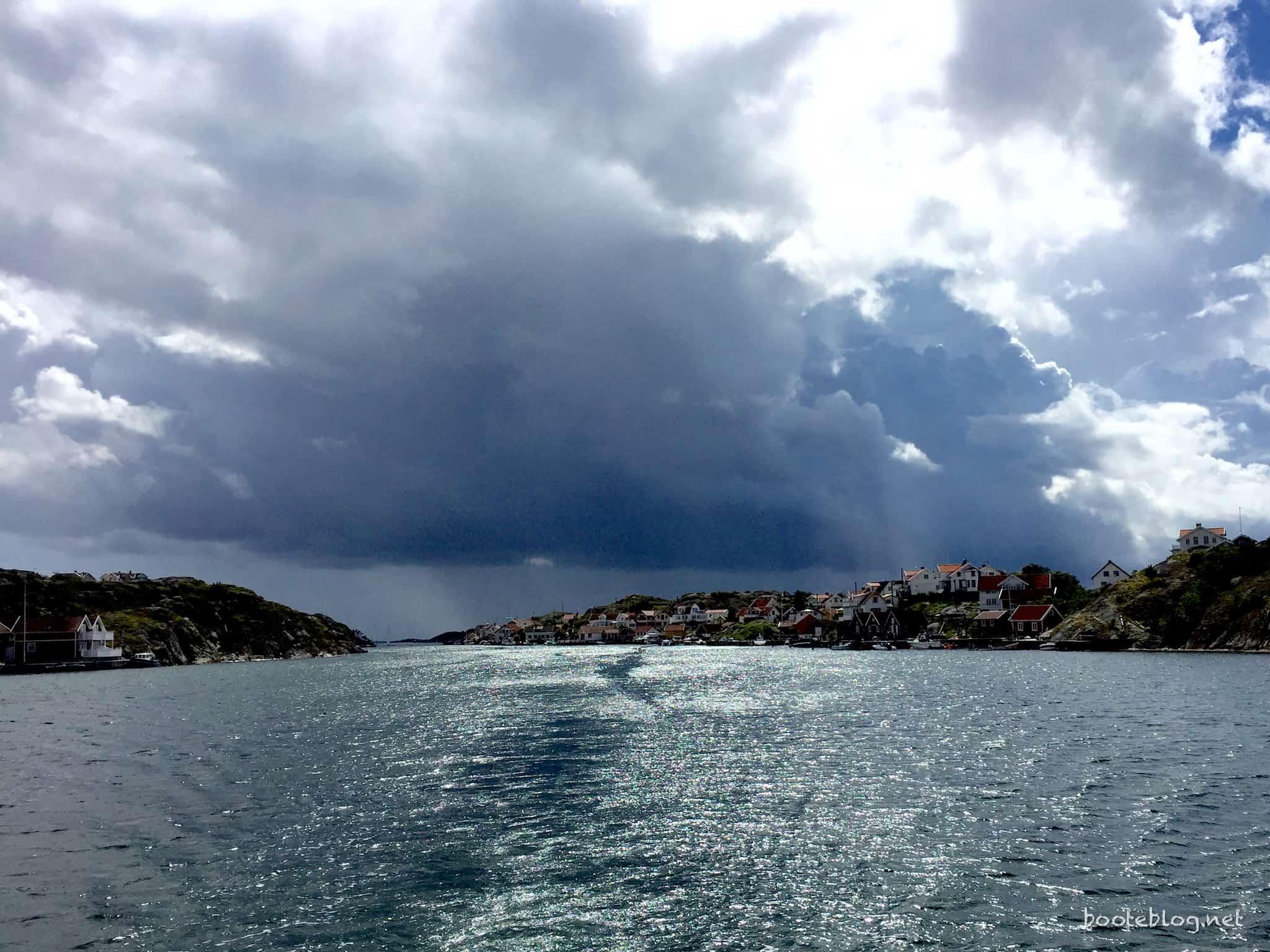 Vereinzelte dunkle Wolken, hier nach einer Ortsdurchfahrt auf der E6 mit Tempo 50... nein, natürlich nur mit Tempo 5 (Knoten).