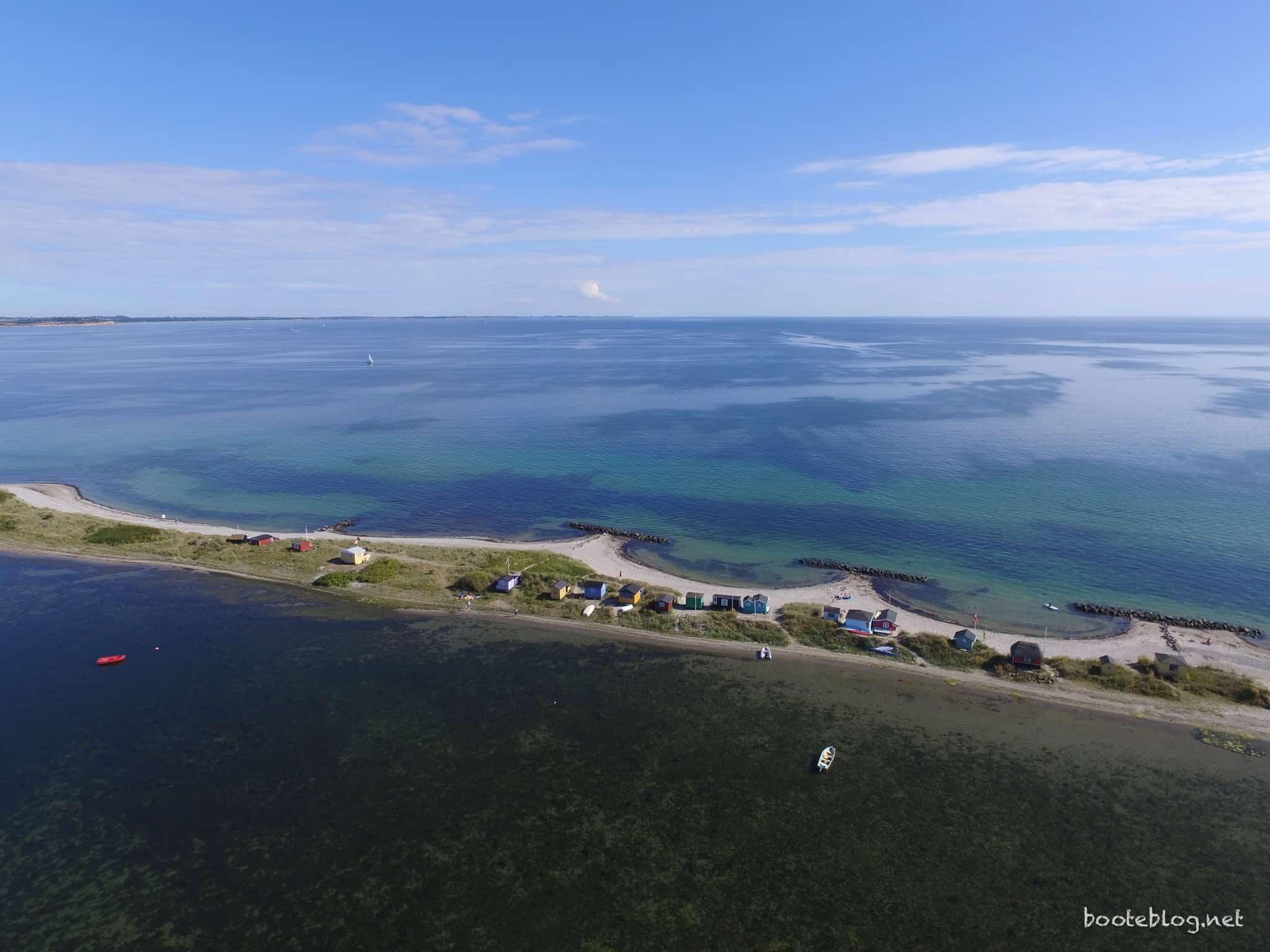 Der Blick zur anderen Seite: Der Strand mit knuffigen Häusern und die Ostsee in Richtung Kiel.