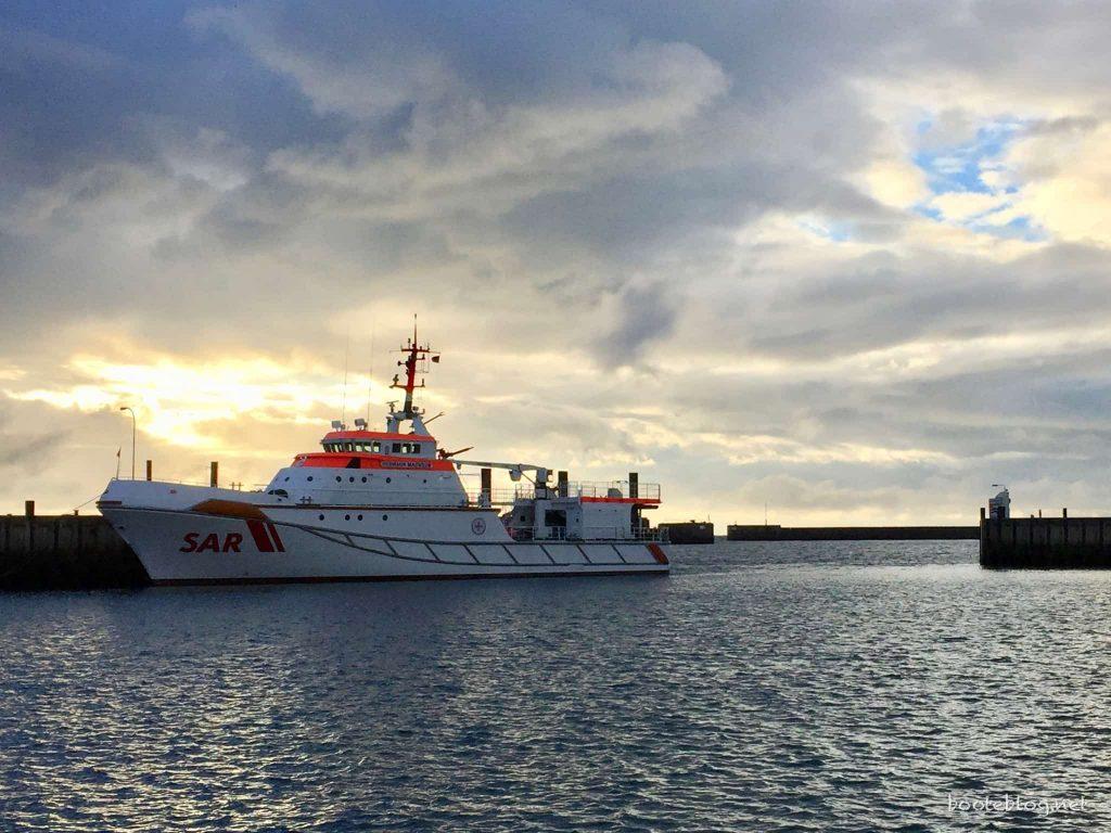 Blick vom Achterdeck in den Südhafen von Helgoland, wo der größte Seenotretter der DGzRS liegt: Die HERMANN MARWEDE.