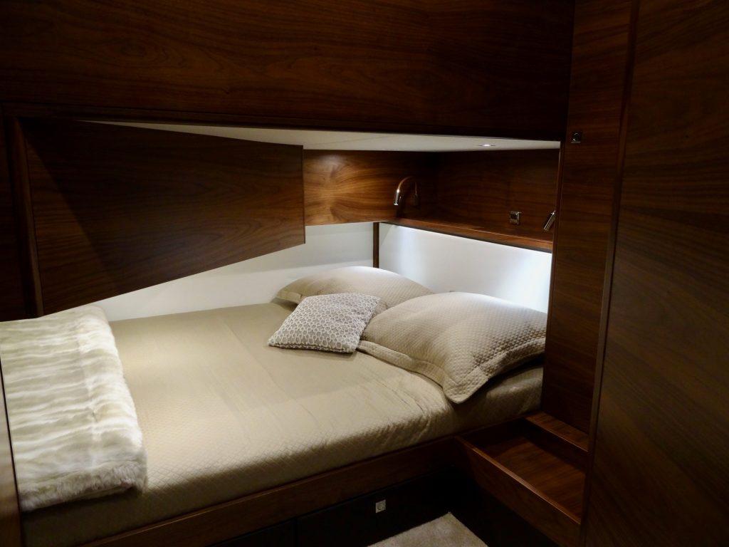 Die Kammer für die Gäste oder Kinder. Durch den großen Salon geht es über dem Bett etwas beengt zu, das kann ja aber auch gemütlich sein.