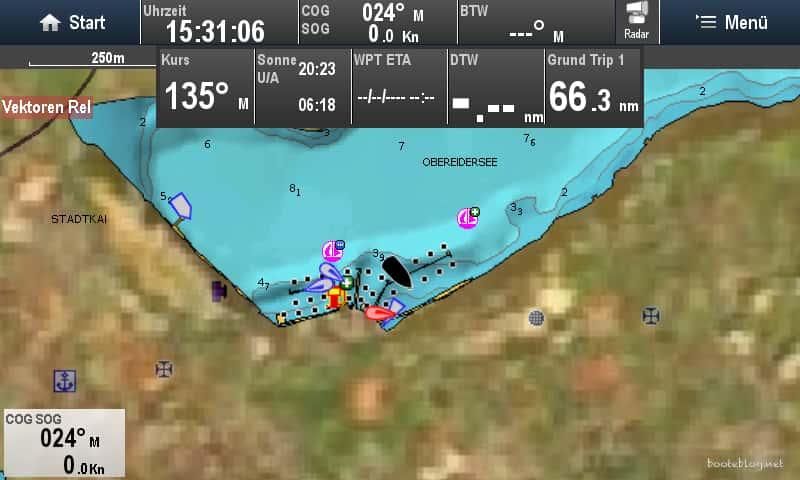 Beispiel für eine Kartendarstellung: Navionics Karte (Marina in Rendsburg), 50% Luftbild Overlay, AIS Ziele, eigene Daten oben und links unten.