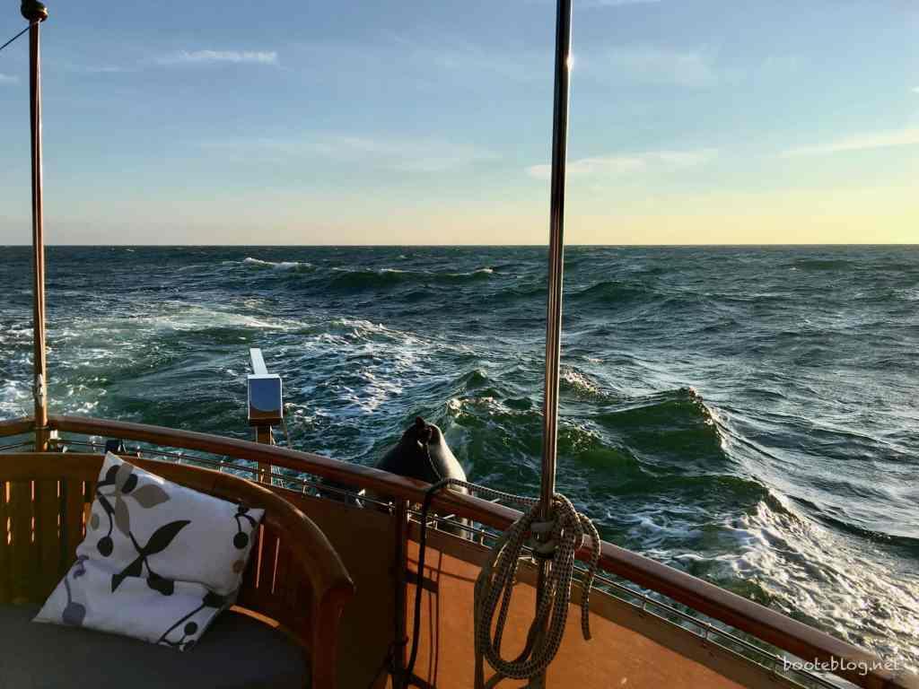 Wellen ziehen am Achterdeck vorbei bei Nordwest 5-6 (zu dem Zeitpunkt).