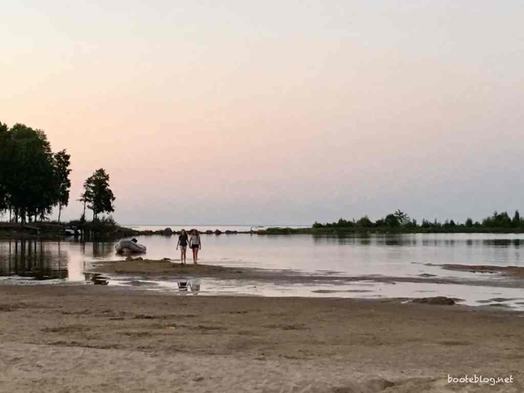 """Der Strand am Campingplatz """"Vita Sandars"""". Ganz flach, toll zum baden."""