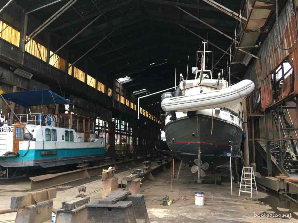 Neben der JULIUS war noch eine andere Yacht und ein kleiner Leichter im Dock.
