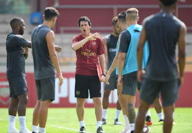 Arsenal Head Coach, Unai Emery takes the team through their paces.