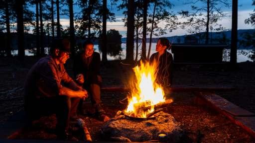 Lagerfeuer beim Kanuverleih in Schweden