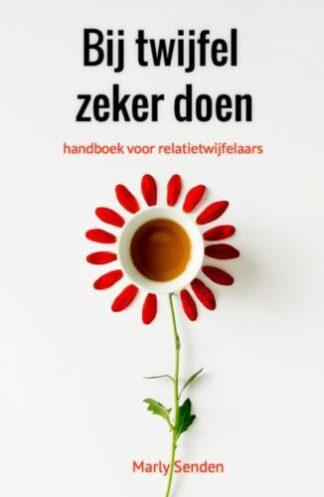 omslag van het boek Bij twijfel zeker doen van Marly Senden met de afbeelding van een bloem over relatieproblemen en de mogelijke oplossingen daarvan