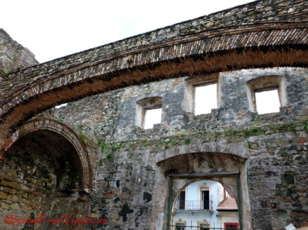 The surviving arch of Iglesia de Santo Domingo