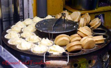 车轮饼, a custard or red bean-filled dessert that's found everywhere in Taipei