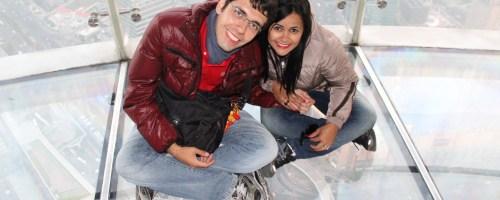 Nós na Oriental Pearl, na Torre de TV de Shangai, sentadinhos no vidro a 350 metros do chão!