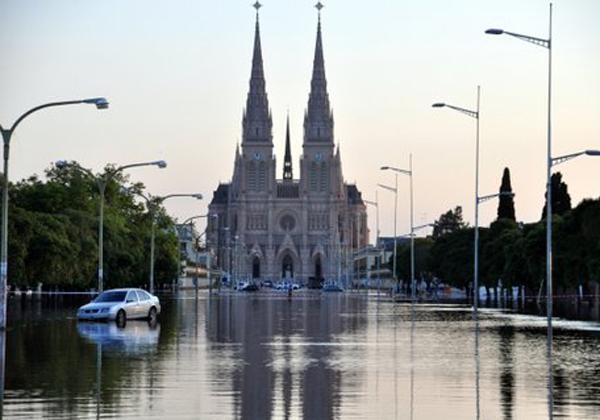 A Luján la inunda más la política que la lluvia