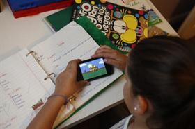 Los chicos juegan y usan redes en sus móviles. No mucho más.