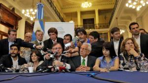 """La oposición presentando su proyecto, que tenía """"errores de cálculo""""."""