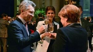 Macri, Awada y Merkel, brindan en el CCK.