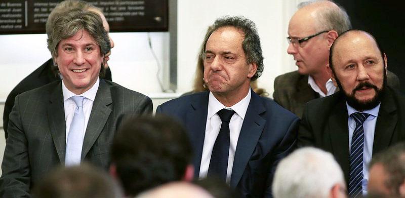Una de las pocas fotos en las que se los ve a Boudou e Insfrán cerca, escoltando a Scioli.