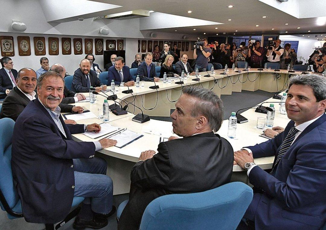 Gobernadores y legisladores del PJ en el CFI. Pichetto en el vértice.