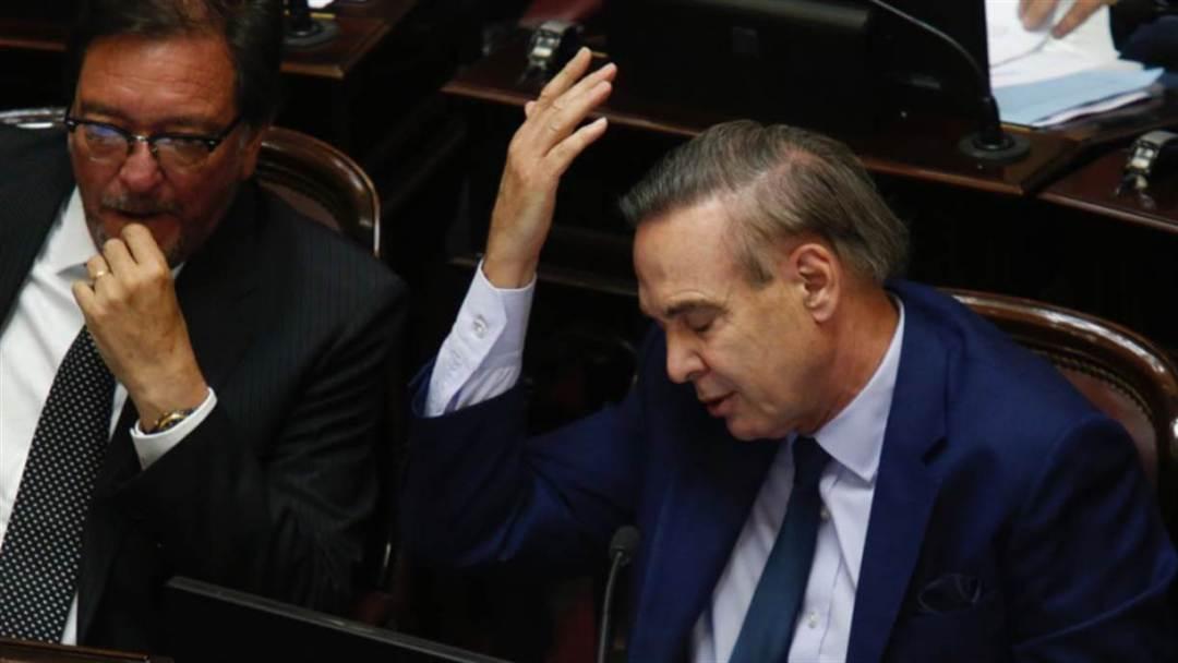 Pichetto, mientras CFK hablaba en el Senado. Difícil reconciliación.
